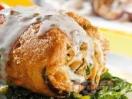Хрупкаво пържено руло от патладжан, спанак и риба херинга панирано в брашно, яйце и галета